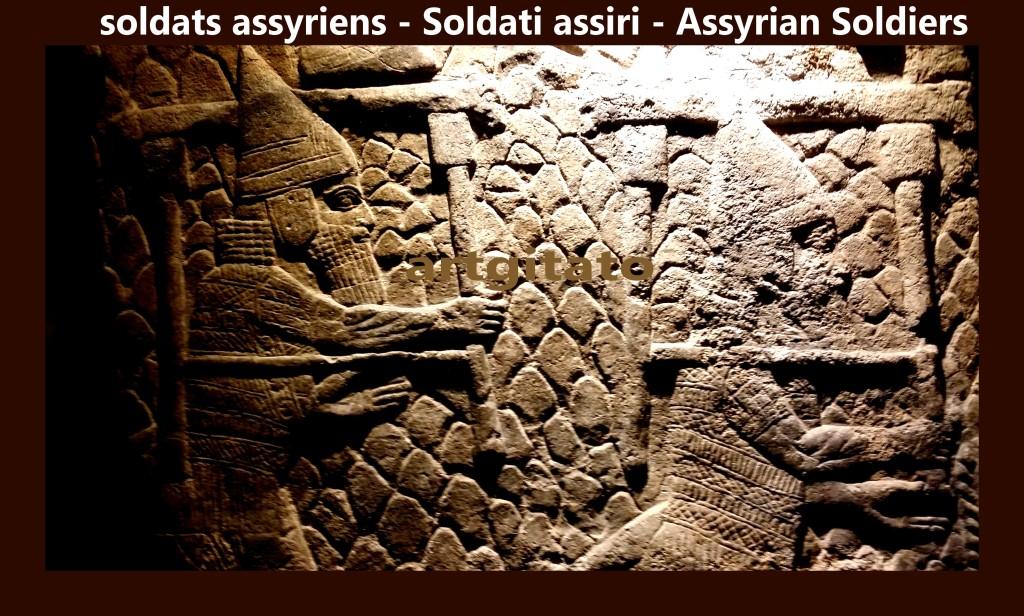 soldats assyriens transportant des tabourets partie du butin d'une ville conquise artgitato