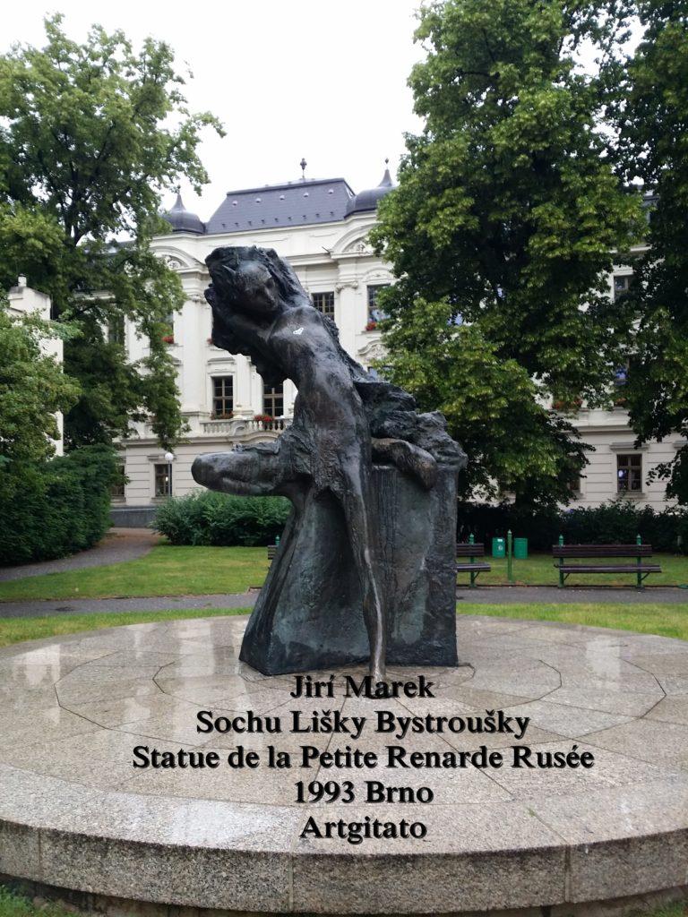 Jiří Marek Sochu Lišky BystrouškyStatue de la Petite Renarde Rusée 1993 Brno Artgitato (1)