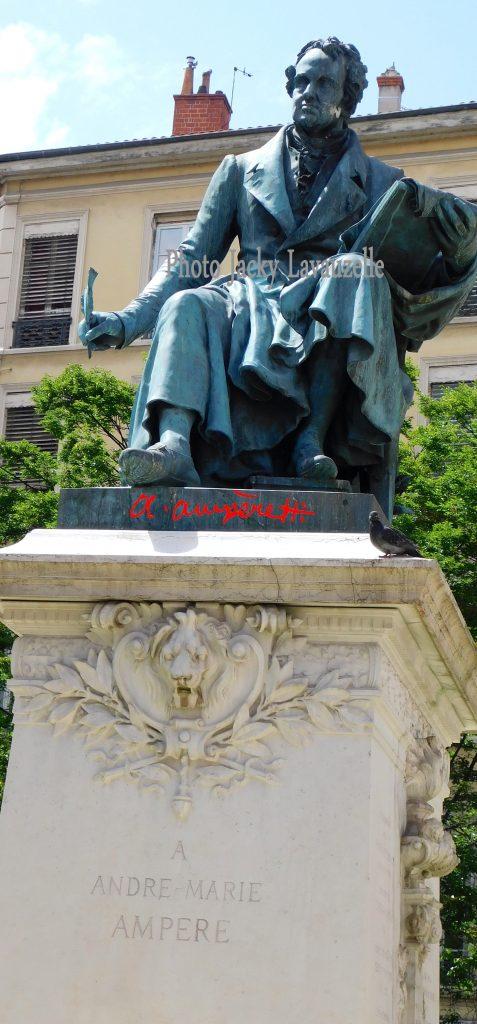 Monument à Ampère Photo Jacky Lavauzelle